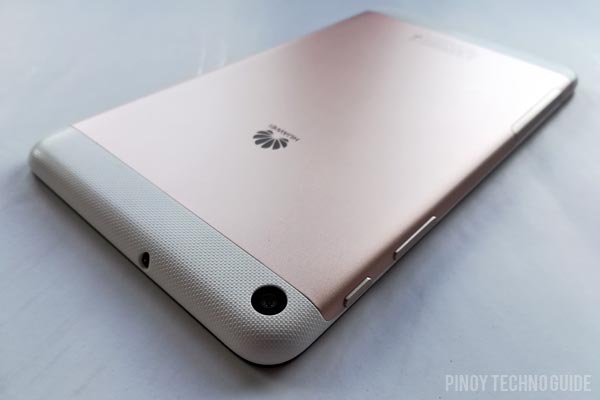 The Huawei MediaPad T2 7.0 has a metallic back cover with textured plastic at the ends.