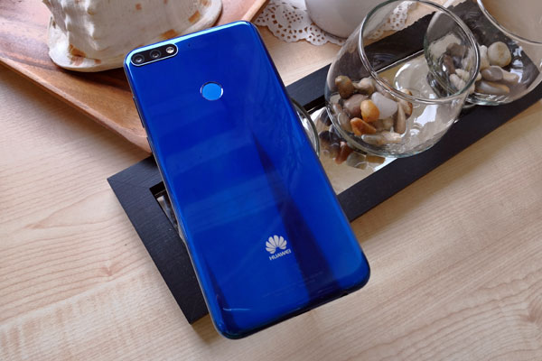 The glossy design of the Huawei Nova 2 Lite.