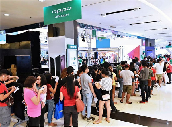 Long queue of OPPo F7 buyers.