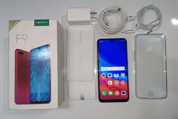 These are the contents of the OPPO F9 box.