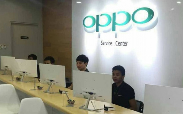 Technicians in an OPPO service center.