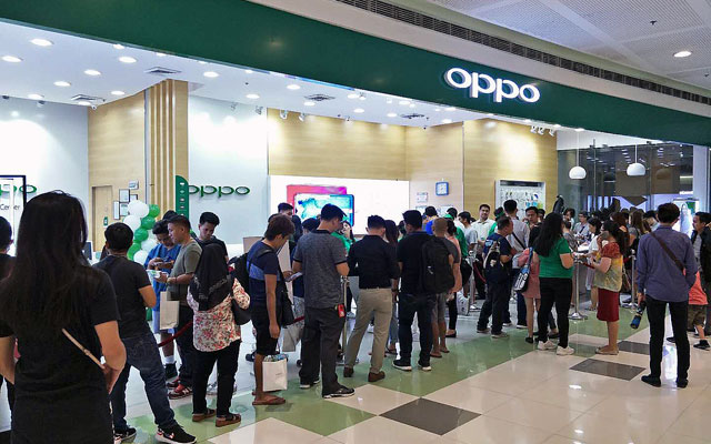 Queue for the OPPO F9 on its first day.