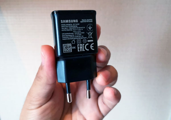 Samsung Galaxy S10+'s 15W charger.
