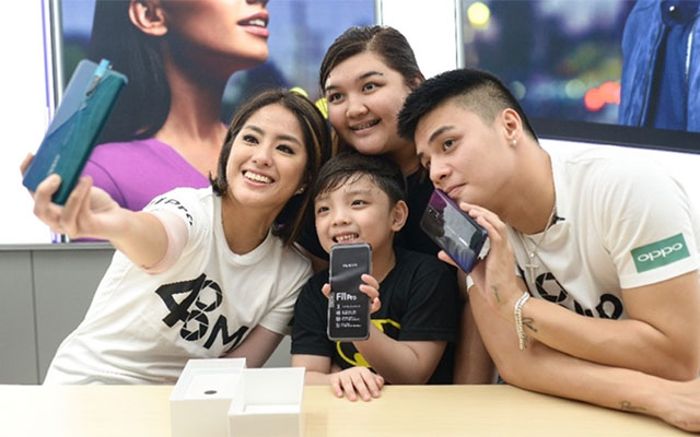 Ronie Alonte and Gretchen Ho takes a selfie with buyers using the OPPO F11 Pro.