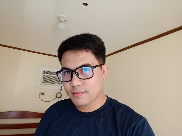 OPPO F11 Pro sample selfie with normal light.