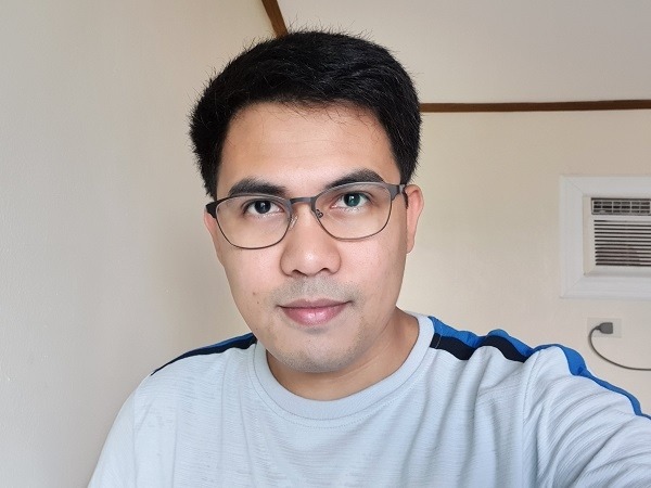 Samsung Galaxy S10 sample selfie with beautification.