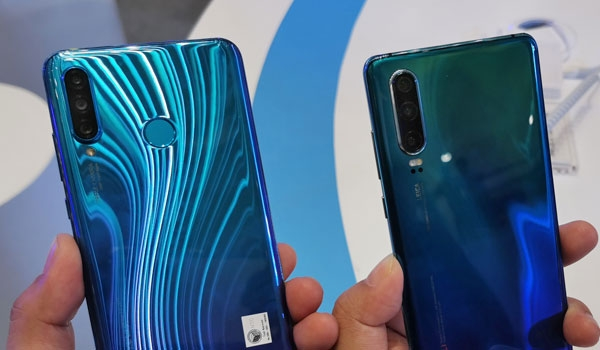 The triple rear cameras of the P30 Lite (left) and P30 (right).