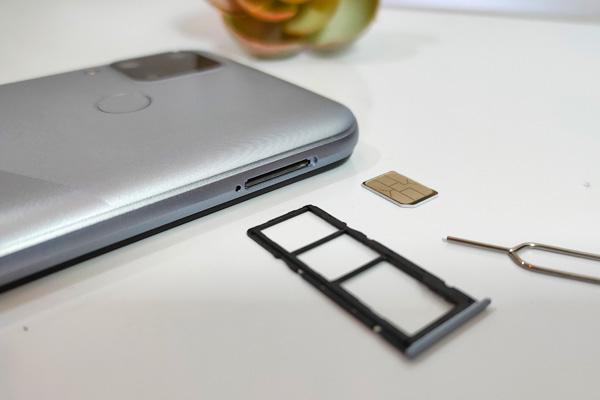 SIM card tray of the realme C15.