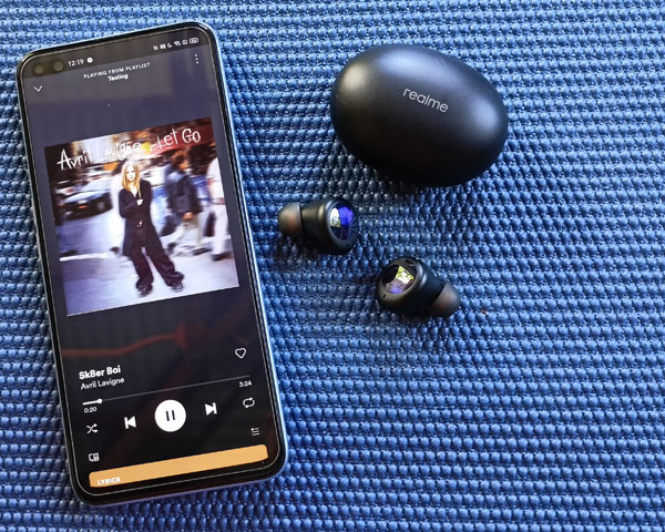 Listening to Sk8er Boi using the realme Buds Air 2 Neo.