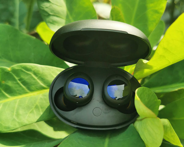 """Those gleaming """"eyes"""" greets the user upon opening the realme Buds Air 2 Neo."""