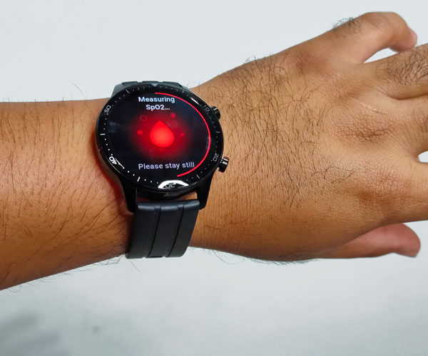 Measuring blood oxygen saturation using the realme Watch S Pro.