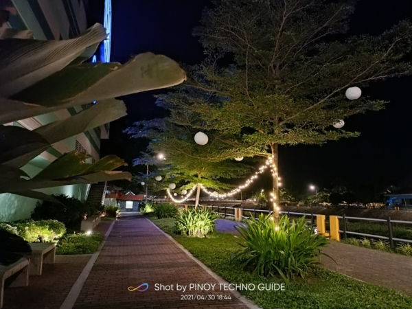 realme 8 sample picture (walkway, nightscape mode).