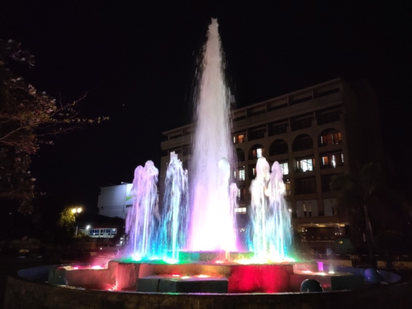 Huawei MatePad 11 sample picture (water fountain at night, rear camera).