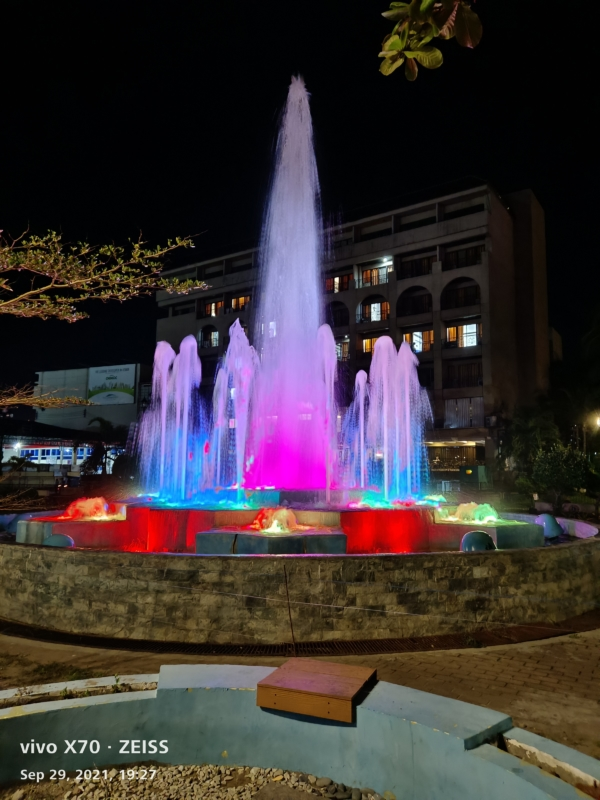 vivo X70 sample picture (water fountain, low light).